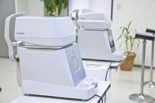 自動屈折計・角膜曲率半径測定機(写真手前)・非接触眼圧測定装置(写真奥)