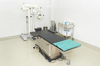 手術室と手術用顕微鏡